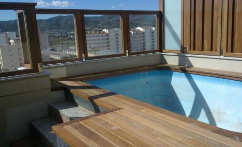piscina y aticos forrados en madera ipe