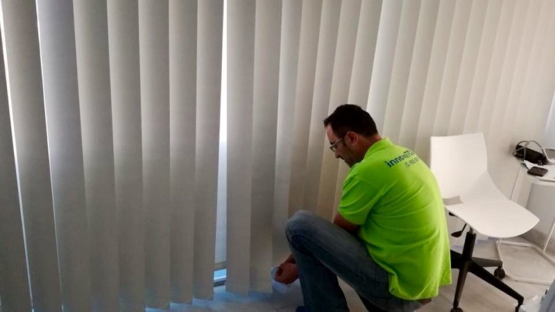 Cortinas técnicas: instalación de cortina Vertical en la Clínica INNOVAMED